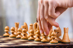 Hand des Schachspielers mit Pfand Lizenzfreie Stockfotografie