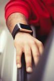 Hand des schwarzen Mannes die intelligente Uhr tragend, die im Auto sitzt stockfoto