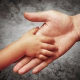 Hand des Vaters Lizenzfreies Stockfoto