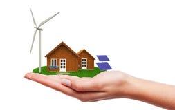 Hand, die ökologisches Haus hält Lizenzfreies Stockbild