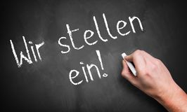 Hand die 'wij huren schrijven! 'in het Duits royalty-vrije stock fotografie
