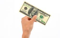 Hand, die 100 Dollarschein anhält Lizenzfreie Stockfotos
