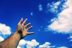 Hand die aan hemel bereikt Royalty-vrije Stock Foto's