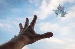 Hand die aan het fractal cijfer in hemel bereiken Stock Foto's
