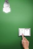 Hand die aan schakelaar wordt gedrukt om het licht aan te zetten royalty-vrije stock fotografie