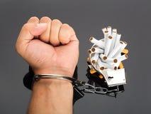 Hand die aan sigaretten wordt gesloten stock afbeeldingen