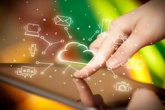 Hand die aan tablet met het systeemconcept van de wolkentechnologie werken Royalty-vrije Stock Fotografie