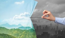 Hand die aardcityscape gordijn trekken aan grijze cityscape royalty-vrije stock afbeelding