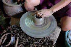 Hand die aardewerk maken Stock Afbeeldingen