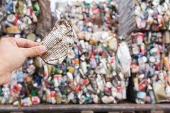 Hand, die Aluminiumdose hält Lizenzfreie Stockbilder