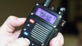 Hand die amateur radiowalkie-talkie in werking stellen stock footage