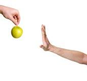 Hand, die Apfel zurückweist Stockfoto