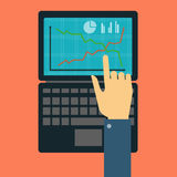 Hand, die auf dem Laptop darstellt Lizenzfreie Stockfotos