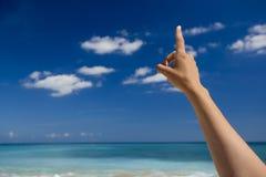 Hand, die auf den Himmel zeigt Lizenzfreie Stockbilder