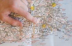 Hand, die auf die Karte findet Richtungen zeigt Stockbild