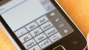 Hand, die auf einem Smartphone des Bildschirm- schreibt stock video footage