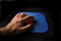 Hand, die auf einer Rollemaus klickt Stockfoto