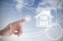 Hand, die auf Haus zu verkaufen klickt Stockfotografie