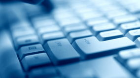 Hand, die auf Tastatur schreibt stock video footage