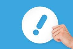 Hand, die Aufmerksamkeits-Aufkleber-Pappe hält Stockfotos
