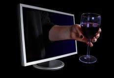 Hand, die aus ein Computerüberwachungsgerät herauskommt. Stockfoto