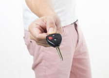 Hand, die Autoschlüssel hält Stockbild