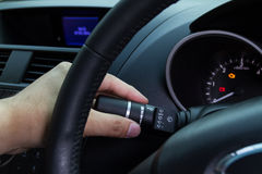 Hand, die Autowischerschalter hält Lizenzfreie Stockbilder