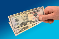 Hand die bankbiljet $50 houdt Stock Foto