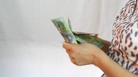 Hand, die Banknoten des australischen Dollars zählt stock footage