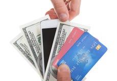 Hand, die Banknotenkreditkarten und eine Tablette hält Stockfoto