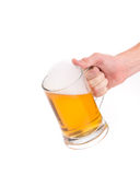 Hand, die Bierglas hält Stockfoto