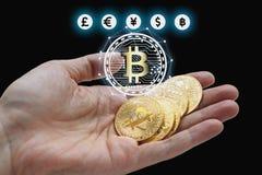 Hand, die bitcoin und blockchain Digitaltechnik hält Lizenzfreie Stockfotos