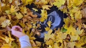 Hand, die Blätter von der Tafel aufräumt stock video footage