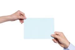 Hand die blauw document houden dat op wit wordt geïsoleerd Stock Afbeeldingen