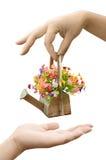 Hand, die Blumenblumenstrauß hält Stockfotografie
