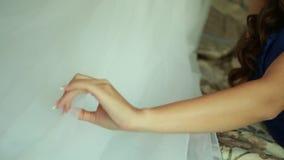 Hand, die Brauthochzeitskleid streicht stock footage