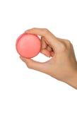 Hand, die bunte macarons hält Lizenzfreies Stockbild