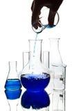 Hand die chemische vloeistof giet in geïsoleerde fles royalty-vrije stock foto's