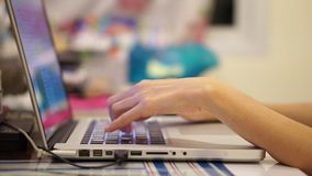 Hand die computer met behulp van Royalty-vrije Stock Afbeelding