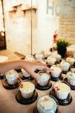 Hand die cupcake nemen Royalty-vrije Stock Fotografie