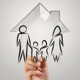 Hand die 3d huis met familiepictogram trekken Stock Afbeeldingen