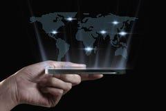 Hand die 3D transparante smartphone houden Royalty-vrije Stock Afbeeldingen