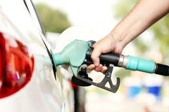 Hand, die das Auto mit Kraftstoff wieder füllt Lizenzfreie Stockbilder