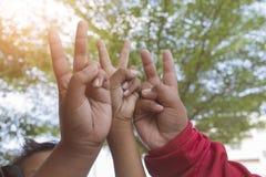 Hand, die das Friedenszeichen hält Lizenzfreies Stockbild