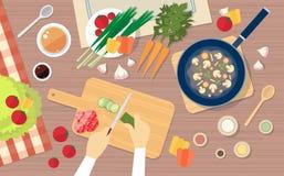 Hand, die das Gemüse, Tabellen-Küchen-gesundes Lebensmittel-Spitzenwinkelsicht kochend hackt stock abbildung