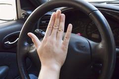 Hand, die das Horn spielt Lizenzfreie Stockbilder