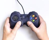 Hand, die das Spielen auf Videospiel Steuerknüppel hält Stockfoto