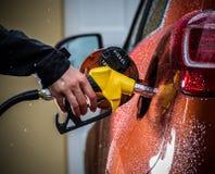 Hand die de auto met brandstof opnieuw vult royalty-vrije stock afbeelding