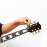 Hand die de elektrische gitaar stemmen Royalty-vrije Stock Afbeelding