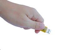 Hand die de gele aandrijving van de usbflits houden Royalty-vrije Stock Afbeeldingen